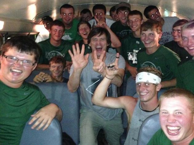 Jim-Carrey-mugs-on-the-Pella-baseball-bus-Twitter
