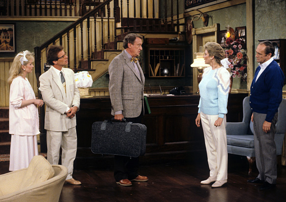 bob-newhart-mary-frann-tom-poston-julia-duffy-peter-scolari-newhart-tv-season-finale-1990-photo-GC